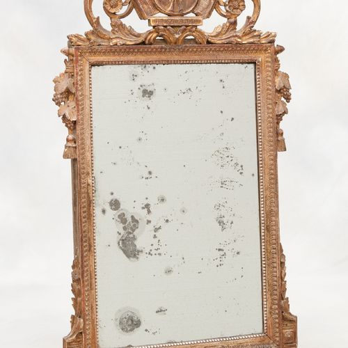Travail français 18e. Meuble: Miroir en bois sculpté partiellement ajouré doré, …