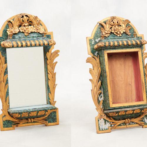 Travail français circa 1800. 艺术品:拍品包括两个带金色铜锈和仿大理石的木雕祭坛壁龛,其中一个被改造成镜子。  (有待恢复)。  尺…