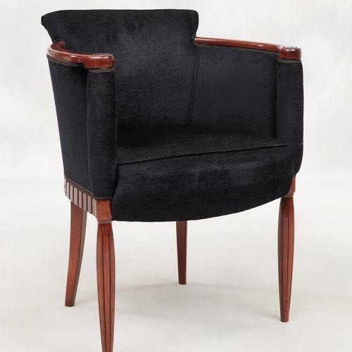 Travail Art Déco. 家具:由四把扶手椅组成的套房,覆盖着海军蓝天鹅绒,雕刻着木质的扶手和腿。