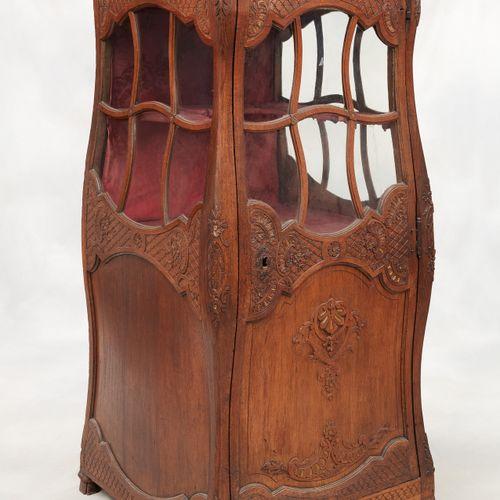 De style. Meuble: Vitrine en forme de chaise à porteurs en chêne sculpté avec qu…