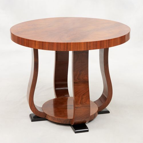 Travail Art Déco. 家具:胡桃木贴面基座桌,带圆形架子。  尺寸:高:59直径75厘米。