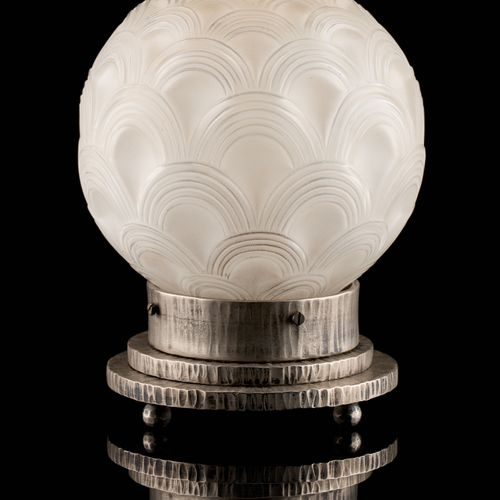Pierre D'Avesn (École française) 灯具:夜灯,香水扩散器,哑光模制玻璃和银色锻铁底座。  签名:P. D'Avesn 法国。  …