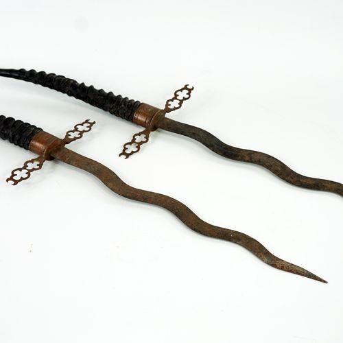 Deux dagues décoratives, manches en cornes d'antilopes  Longueur 66 cm