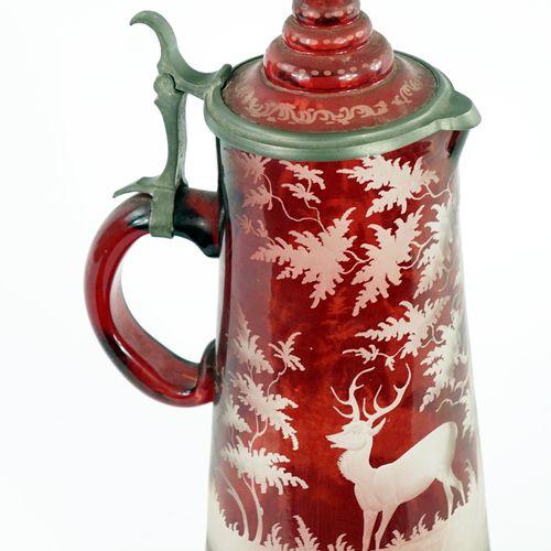 带手柄的高脚杯,采用深浅不同的红色波西米亚水晶。  带有拇指托的锡制边缘盖子  雕刻的森林中的雄鹿装饰  19世纪  高度:32厘米
