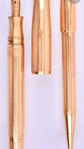 Parure stylo plume + stylo mine en or 18 carats de forme ronde. Réalisée par le …