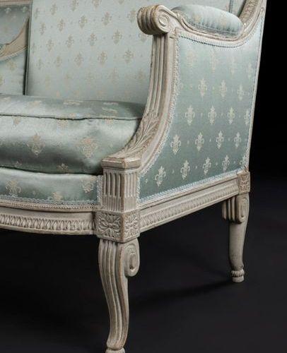 Paire de marquises en bois peint à dossier rectangulaire et décor de rais de cœu…