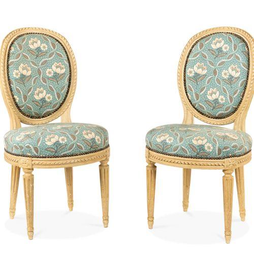 Paire de chaises en hêtre peint, l'assise circulaire et le dossier en médaillon,…
