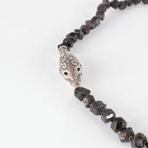 Collier de billes polyédriques de tourmalines noires scandées de motifs en métal…