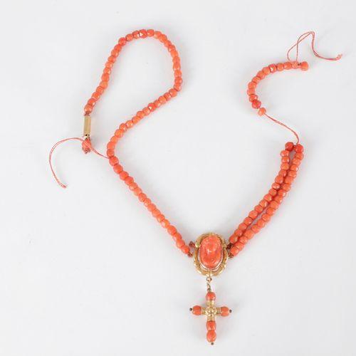 Collier de billes polyédriques de corail orné d'un pendentif en or 18K (750) ser…