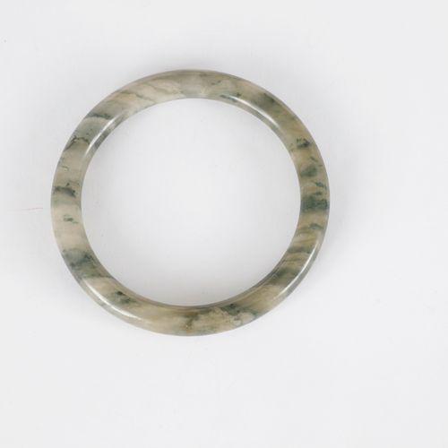 Bracelet jonc en serpentine.  Diamètre : 6,7 cm environ.
