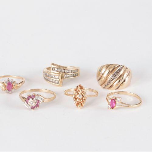 Lot de six bagues en or 9K (375) ornées de diamants, de diamants imitation et de…