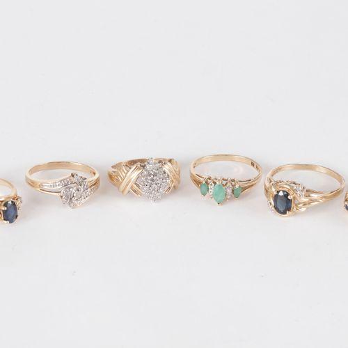 Lot de 6 bagues en or 9K (375) ornées de diamants, de saphirs ou émeraudes.  Poi…