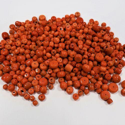 *Lot de boules tonneau de corail percé.  Poids : 529 g