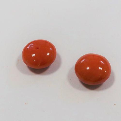 *2 pastilles de corail à demi percées.  Poids : 4 g