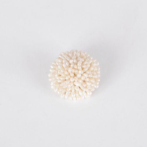 Broche en métal ornée de perles de rivière.  Diamètre : 3,3 cm environ.
