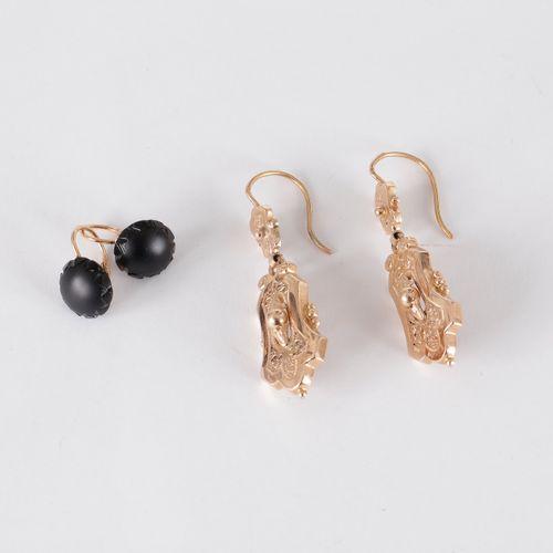 Paire de pendants d'oreilles en or 18K (750) à décor de feuillages stylisés. Tra…