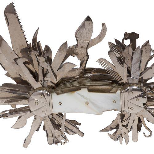 Exceptionnel et rare couteau fermant dit « couteau suisse », à multifonctions. P…