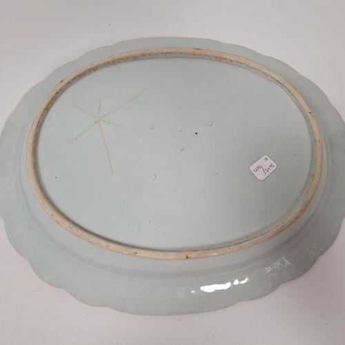 Plat oval polylobé, Compagnie des Indes, Chine, XVIIIe siècle A décor polychrome…