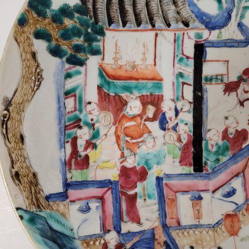 Plat en porcelaine, Chine, fin XIXe début XXe siècle A décor polychrome représen…