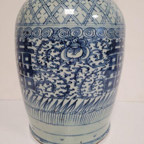 Vase en porcelaine à décor bleu blanc, Chine, XXe siècle A décor de caractères d…