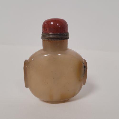 Deux flacons tabatières (snuff bottle) en agate, Chine, XXe siècle L'un piriform…
