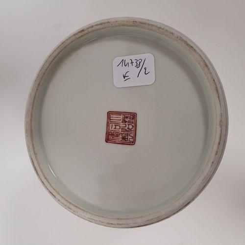 Porte pinceaux ''bitong'' en porcelaine, Chine, XXe siècle, A décor polychrome s…