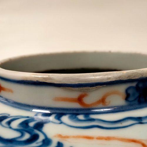 Potiche couverte à décor polychrome dans le style des porcelaines dites cinq cou…