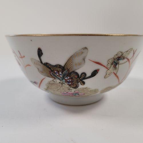Bol en porcelaine, Chine, XIXe siècle A décor polychrome de papillons dans les f…