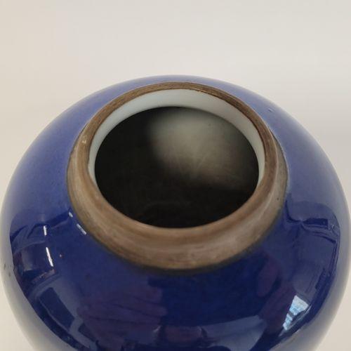 Petit pot à gingembre en porcelaine, Chine, XIXe siècle Emaillé bleu sous couver…
