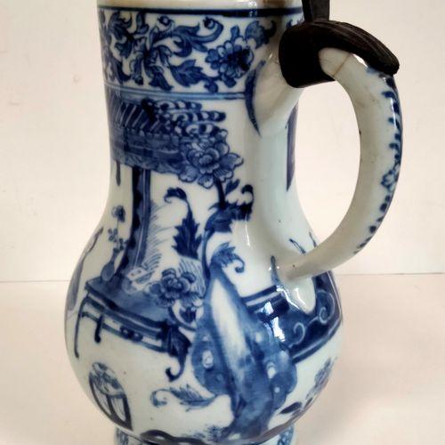 Verseuse en porcelaine bleu blanc, Chine, époque Kangxi (1662 1722) A panse bass…