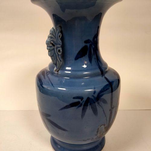 Vase de forme balustre en porcelaine, Chine, XXe siècle A décor de bambous et de…