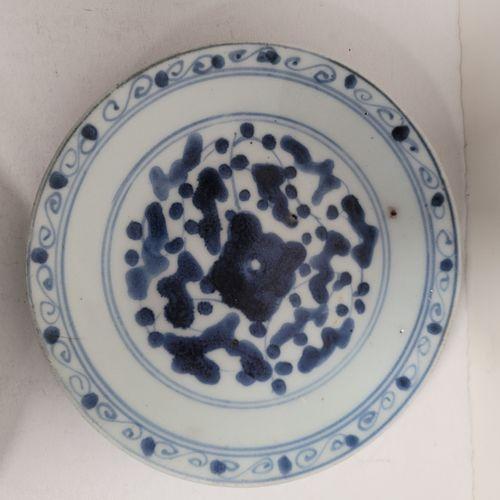 Ensemble de quatre assiettes, Chine, XIXe siècle A décor bleu blanc de rinceaux.…