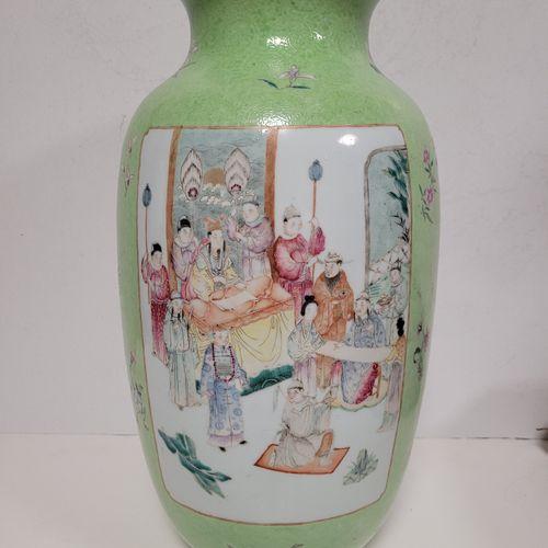 Vase de forme lanterne DENG LONG ZUN en porcelaine à fond vert, Chine, XIXe sièc…