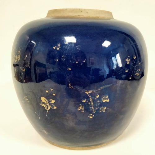 Pot à gingembre en porcelaine émaillée bleu poudré, Chine XIXe siècle A décor do…