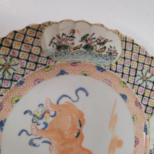 Assiette en porcelaine émaillée, Chine, Compagnie des Indes, XVIIIe siècle A déc…