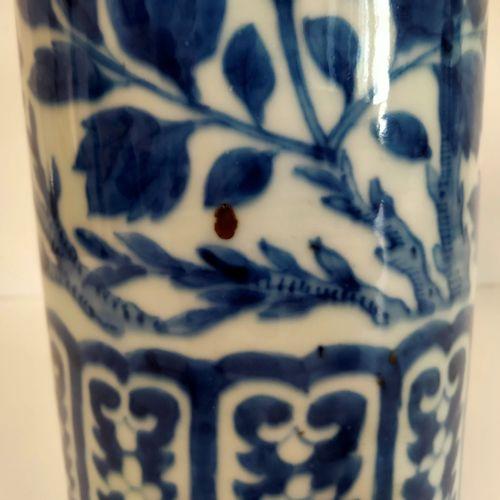 Vase rouleau en porcelaine bleu blanc, Chine, XIXe siècle A décor de phoenix nic…