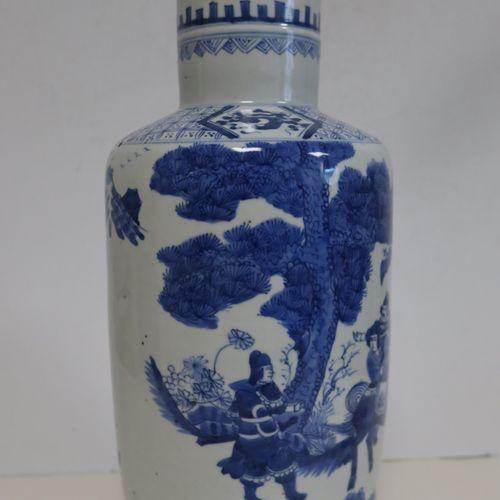 Vase en porcelaine, Chine, fin XIXe siècle A panse cylindrique et décor bleu bla…