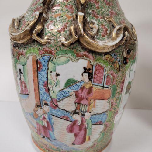 Paire de vases balustres en porcelaine, Canton, XIXe siècle A décor en réserve d…