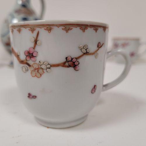 Ensemble de six porcelaines, Chine et Japon, XVIIIe siècle Comprenant : Cinq tas…