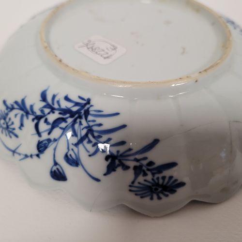 Coupe polylobée en porcelaine bleu blanc, Chine, XIXe siècle A décor d'oiseaux p…