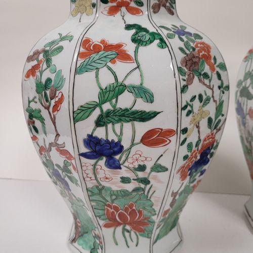 Pair of porcelain covered vases, Europe in the Samson taste, 19th centuryOctogon…