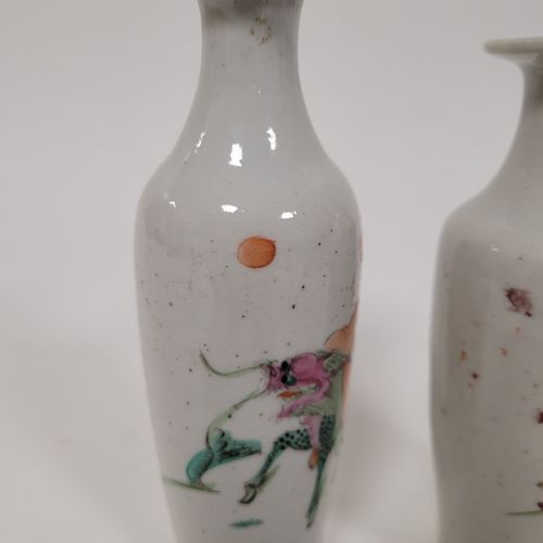 Paire de petits vases en porcelaine dans le style de la famille rose, Chine, fin…