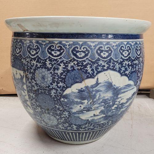 Importante vasque en porcelaine, Chine, XVIIIe siècle A décor en bleu sous couve…