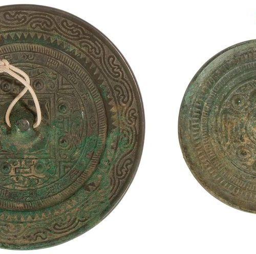 CHINE de style HAN Deux miroirs en bronze. Diam. : 10 et 13,5 cm