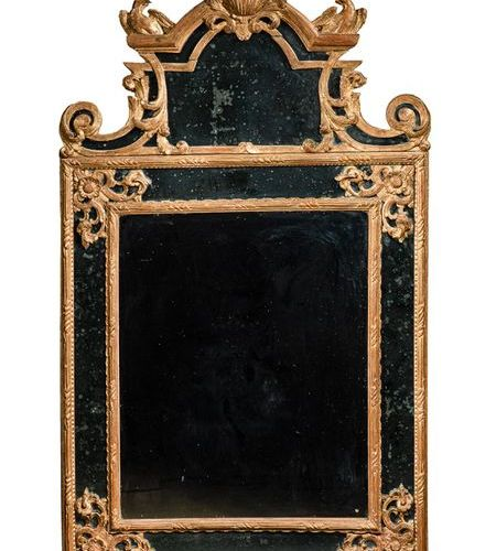 IMPORTANT MIRROR WITH PARLIAMENTAL MIRROR Made of gilded and carved wood, the pe…