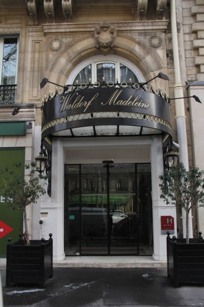 Online sale of paintings, photos and furniture of the Waldorf Madeleine Hotel.