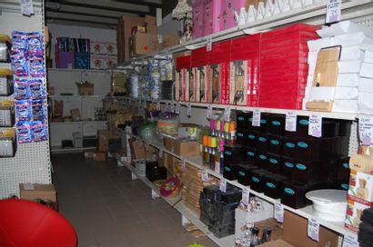 Entier contenu d'un magasin de vaisselle, bibelots et cadeaux - Et entier contenu d'un restaurant