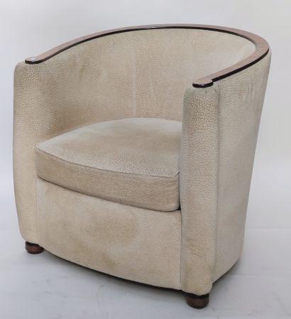 VENTE EN SALLE : BIJOUX - NOMBREUX OBJETS DE VITRINE - POUPEES - TABLEAUX - SCULPTURES - OBJETS D'ART ET D'AMEUBLEMENT - VINS   - en photo : SALON MODERNE  suite de quatre fauteuils, tissu beige et canapé deux places, tissu à motif