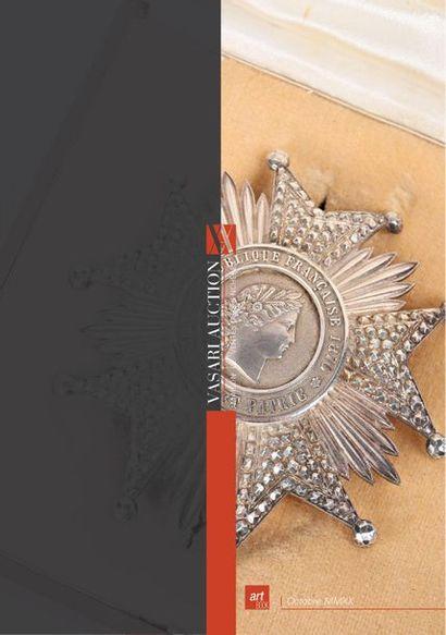 Armes & Militaria by Vasari Auction - Armes de chasse, Règlementaires, Décorations, Armes de poing et Armes blanches - Accessoires - Franc Maçonnerie