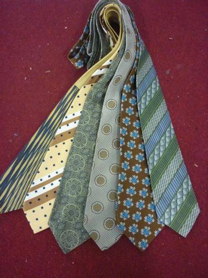 VENTE CLASSIQUE : Stock de cravates, manettes, matériel informatique